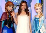 『アナと雪の女王』アナ・エルサ等身オブジェと並ぶ(左から)アナ、May J. 、エルサ(C)Disney (C)ORICON NewS inc.