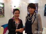 戦略的パートナーシップ提携に合意した(左から)StarHubメディアビジネス部門のリー・スー・フイ氏とフジテレビ国際開発局前川万美子局長