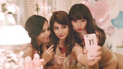 シャンパングラスを片手にセルフィー!(大屋夏南&マギー&小嶋陽菜)『#PJ_GIRL movie[vol.2]』