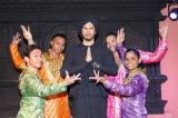 インド料理店でインド人ダンサーとともにボリウッド・ダンスを披露した平井堅(写真:田中栄治)