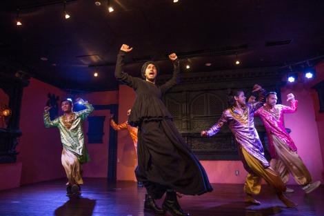 インド人に紛れて踊る平井堅(写真:田中栄治)