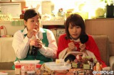 (左から)梅木響子(馬場園梓)、沢村美香(有村架純)。第26回フジテレビヤングシナリオ大賞受賞作『隣のレジの梅木さん』をドラマ化、12月21日深夜放送