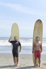 新日本プロレス・写真集『Be』より サーフィンを楽しむ中邑真輔(左)とオカダカズチカ(右)