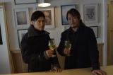 新日本プロレス・写真集『Be』より ワインを楽しむ飯伏幸太(左)と棚橋弘至(右)