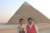 12月14日放送、TBS系『古代エジプトミステリー紀行 今明かされるピラミッドの真実 謎を解くカギは日本!?』エジプト考古学の第一人者・吉村作治教授と秋本奈緒美がピラミッドの謎に迫る(カフラーのピラミッドの前にて)(C)RKB