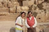12月14日放送、TBS系『古代エジプトミステリー紀行 今明かされるピラミッドの真実 謎を解くカギは日本!?』エジプト考古学の第一人者・吉村作治教授と秋本奈緒美がピラミッドの謎に迫る(ピラミッドの前で)(C)RKB