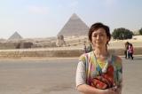 12月14日放送、TBS系『古代エジプトミステリー紀行 今明かされるピラミッドの真実 謎を解くカギは日本!?』エジプト考古学の第一人者・吉村作治教授と秋本奈緒美がピラミッドの謎に迫る(ピラミッドとスフィンクスを背にして)(C)RKB