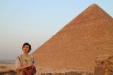 12月14日放送、TBS系『古代エジプトミステリー紀行 今明かされるピラミッドの真実 謎を解くカギは日本!?』エジプト考古学の第一人者・吉村作治教授と秋本奈緒美がピラミッドの謎に迫る(夕方、クフのピラミッドの前にて)(C)RKB
