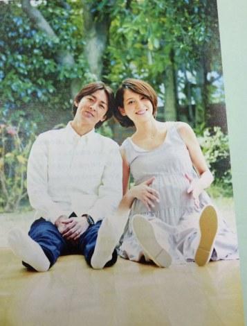 (左から)矢部浩之、妊娠時の大きなお腹を披露した青木裕子=フォト日記『母、妻、ときどき青木裕子』(C)講談社