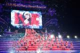 ツリーを模したステージで行われた乃木坂46のライブ『Merry X'mas Show 2014』の模様