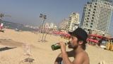 自撮り中…地中海を臨むビーチにて