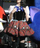 衣装には妖怪メダル=『第4回 AKB48紅白対抗歌合戦』の模様(撮影:鈴木かずなり)