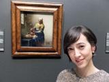 オランダ・アムステルダム国立美術館でフェルメールの「牛乳を注ぐ女」を鑑賞した滝川クリステル(C)BS朝日