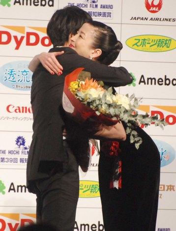 『第39回 報知映画賞』表彰式で主演女優賞を喜んだ宮沢りえ (C)ORICON NewS inc.