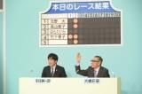アシスタント・安住紳一郎アナウンサー(左)を従え、大橋巨泉(右)が伝説の番組『クイズダービー』をよみがえらせる(C)TBS