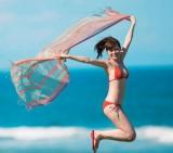 真っ赤なビキニ姿でジャンプ=『清純な大人 白石麻衣』(著)白石麻衣(撮影)篠山紀信/幻冬舎