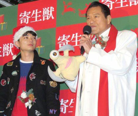 右手にミギーのぬいぐるみをつけた猪木に圧倒される染谷将太(左から)染谷将太、アントニオ猪木=映画『寄生獣』の大ヒット記念イベント (C)ORICON NewS inc.