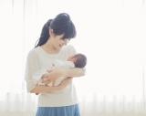 25日発売のエッセイ『彩日記—Birth—』に使用されている、高島彩アナと愛娘のツーショット