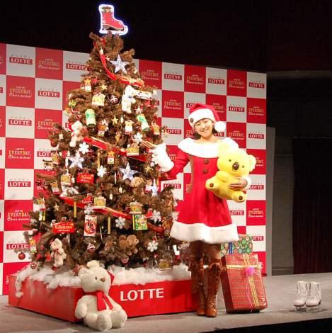 プロデュースしたツリーにご満悦の浅田真央=『ロッテ クリスマス・チョコツリー』お披露目・点灯式 (C)ORICON NewS inc.