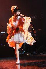 黄色い振袖風の衣装で歌って踊った柊木りお