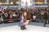 新曲発売記念イベントでファンと乾杯した板野友美