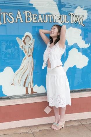 壁画の女性の同じポーズをするお茶目な筧美和子=写真集『ヴィーナス誕生』(幻冬舎)