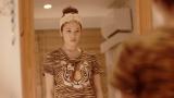 部屋でひとり、Tシャツに悩む筧美和子/フリマアプリ『メルカリ』CMより