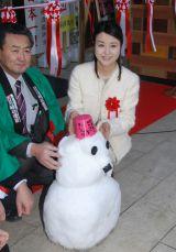 東京・日本橋で開催の「只見線応援フェア」オープニングイベントで雪だるまを作り直した大桃美代子 (C)ORICON NewS inc.