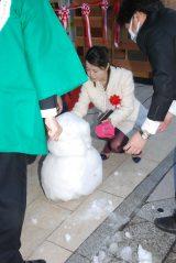 東京・日本橋で開催の「只見線応援フェア」オープニングイベントで雪だるまを作り直す大桃美代子 (C)ORICON NewS inc.