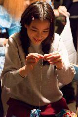 『海月姫』撮影の合間に裁縫を楽しんでした能年玲奈のオフショット(C)2014『海月姫』製作委員会(C)東村アキコ/講談社