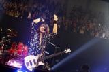 地元・神奈川の横浜アリーナで全20曲を熱演したJ(ベース)