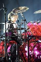 地元・神奈川の横浜アリーナで全20曲を熱演した真矢(ドラム)