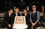 ドラマ『DOCTORS 3 最強の名医』の沢村一樹(左から2人目)と高嶋政伸(左)が主題歌を作ったコブクロに感謝の特製ケーキをプレゼント(C)テレビ朝日