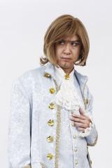 気分はフェルゼン…人気声優の杉田智和が中世ヨーロッパの貴族風衣装で決めポーズ