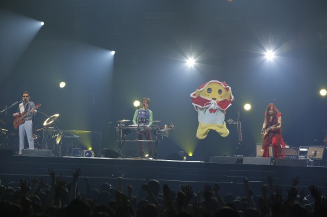 THE ALFEEの40周年記念ツアーコンサートに、ゲスト出演したふなっしー=THE ALFEEの40周年記念ツアーコンサート (C)hajime kamiiisaka
