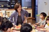 児童養護施設で育った主人公の龍崎イクオ(生田斗真)と段野竜哉(小栗旬)が母親のように慕っていた結子先生を演じる(C)TBS