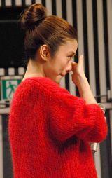 涙を拭う上戸 (C)ORICON NewS inc.