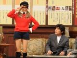 『まろまろ一笑懸命 お正月特別編』のMCを務めるローラ(左)と綾小路きみまろ(右)