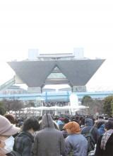 日本最大級の同人誌即売会『コミックマーケット87』の会場前は長蛇の列が発生