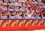 お笑いコンビ・くりぃむしちゅー率いる芸能人チーム100人と、カリスマ予備校講師・林修氏率いる知識人チーム50人が早押しで激突(C)テレビ朝日