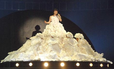 """和紙で作成された""""人間ドレス""""を初披露した水森かおり=『第65回紅白歌合戦』リハーサル2日目 (C)ORICON NewS inc."""