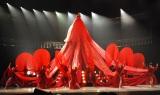 """6.5メートルの""""人間ドレス""""を初披露した水森かおり=『第65回紅白歌合戦』リハーサル2日目 (C)ORICON NewS inc."""
