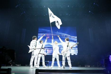 「DISH//旗」を掲げて団結するメンバー