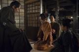 1月4日に放送された大河ドラマ『花燃ゆ』第1回より。玉木文之進(奥田瑛二)に「誰から(禁書)を手に入れた」とたたかれても文(山田萌々香)は黙って告げ口しなかった(C)NHK