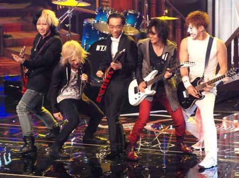 『第56回日本レコード大賞』でゴールデンボンバーのステージに新垣隆氏(写真中央)がサプライズ登場 (C)ORICON NewS inc.
