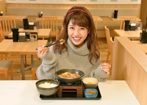 アツアツで冬にぴったりの「牛すき鍋膳」を食べる舟山久美子