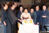 大河ドラマ『花燃ゆ』出演者に囲まれ、28歳の誕生日を祝う井上真央(中央) (C)ORICON NewS inc.