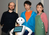 Pepper(中央)が舞台『プルートゥ PLUTO』にゲスト出演決定(写真は左から:シディ・ラルビ・シェルカウイ氏、森山未來、永作博美) (C)ORICON NewS inc.