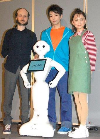 舞台『プルートゥ PLUTO』取材会に出席した(左から)シディ・ラルビ・シェルカウイ氏、森山未來、永作博美、Pepper(中央前) (C)ORICON NewS inc.