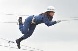 神戸市の消防学校でロープ高さ7メートルに設置された20メートルのロープを渡る訓練の様子(C)TBS